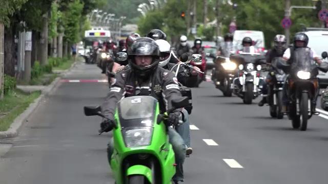 Motociclisti din tara, dar si din strainatate, prezenti la inmormantarea barbatului mort in accidentul provocat de politist
