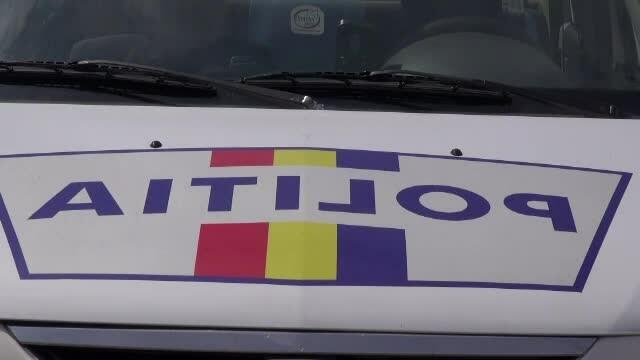 Autospecială a poliţiei aflată în misiune, lovită în plin de un șofer care nu a acordat prioritate