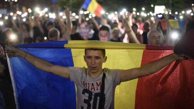 Cele două Românii. GALERIE FOTO cu protestele din weekend: PSD contra #rezist - Imaginea 16