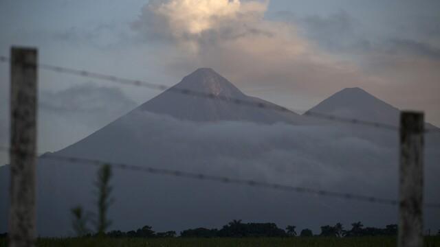 Vulcanul Fuego continuă să erupă. Sunt zeci de explozii în fiecare zi