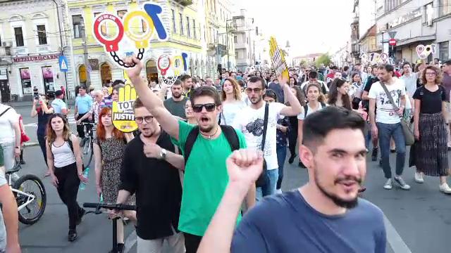 """Protest cu 5.000 de persoane, la Cluj Napoca: """"Ne-am săturat să acţioneze noaptea ca hoţii"""""""