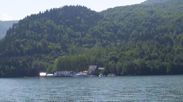 Intervenție pentru salvarea a 20 de turiști de pe un vapor de agrement, în derivă pe un lac din Neamț