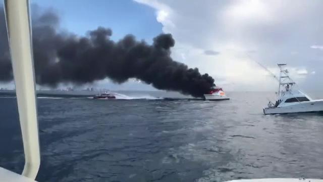 Iaht cu opt turiști cuprins de flăcări, în larg. Cum s-a încheiat operațiunea de salvare