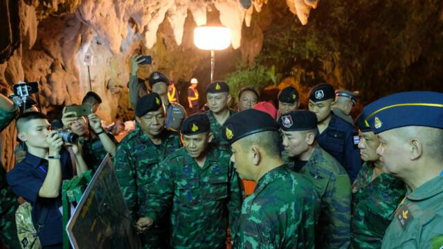 Copii blocați de 7 zile într-o peșteră din Thailanda. Cutii cu mâncare aruncate în grotă
