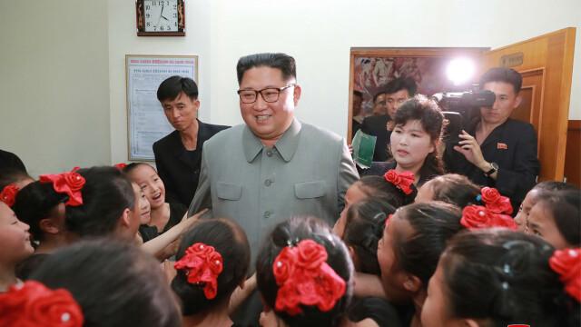 Kim Jong-un îmbrățișând copii, la o zi după ce ar fi executat mai mulți oficiali - Imaginea 1