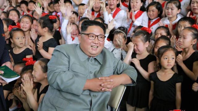 Kim Jong-un îmbrățișând copii, la o zi după ce ar fi executat mai mulți oficiali - Imaginea 2