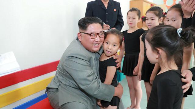 Kim Jong-un îmbrățișând copii, la o zi după ce ar fi executat mai mulți oficiali - Imaginea 3