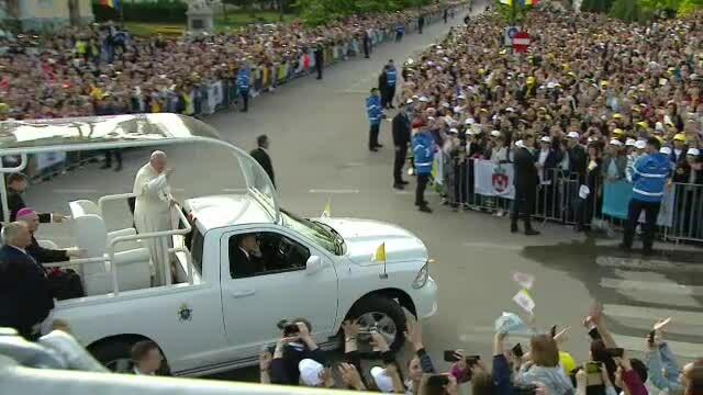Papa Francisc în România. 150.000 de pelerini au fost alături de Papă, la Iași, în a doua zi a vizitei. VIDEO - Imaginea 19