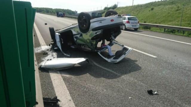 O mașină s-a răsturnat pe Autostrada Soarelui, lângă Feteşti. Un mort şi un rănit