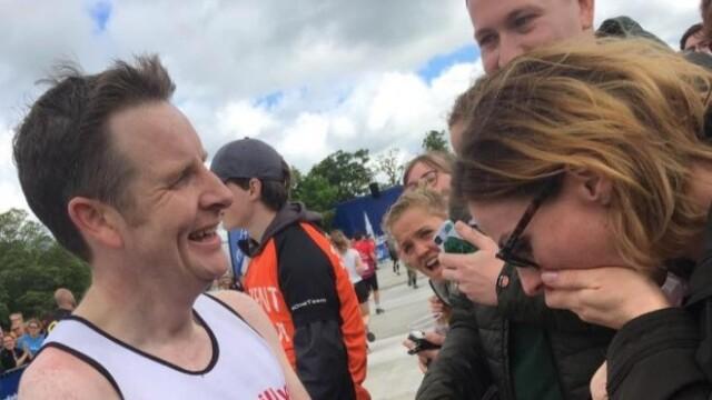 Își aștepta iubitul la linia de sosire a maratonului, dar când l-a văzut a început să țipe