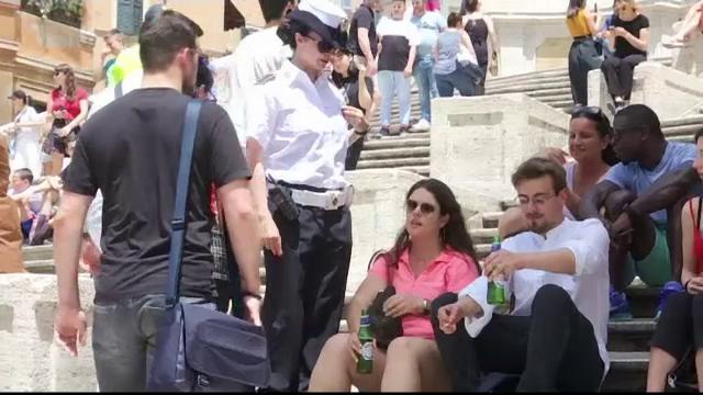 Reguli noi pentru turiștii care vizitează Roma. Ce nu au voie să facă - Imaginea 2