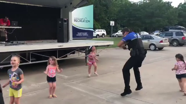 Distracția unui polițist în fața copiilor a devenit virală pe Internet