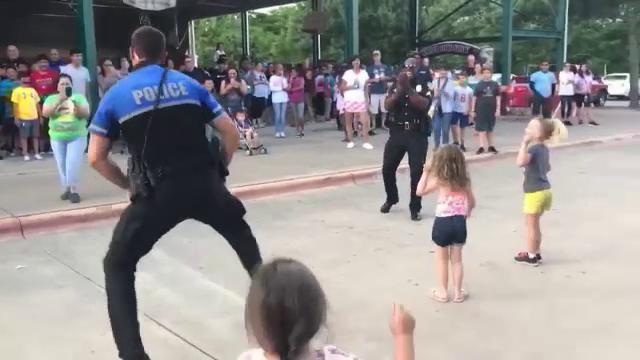 Distracția unui polițist în fața copiilor a devenit virală pe Internet. Ce făcea bărbatul - Imaginea 2