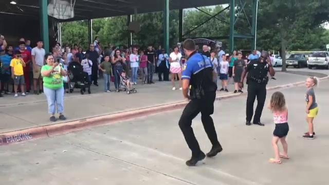 Distracția unui polițist în fața copiilor a devenit virală pe Internet. Ce făcea bărbatul - Imaginea 3