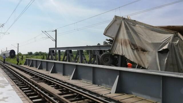 ANIMAȚIE GRAFICĂ cu trenul deraiat după ce a lovit un camion în Bacău - Imaginea 1