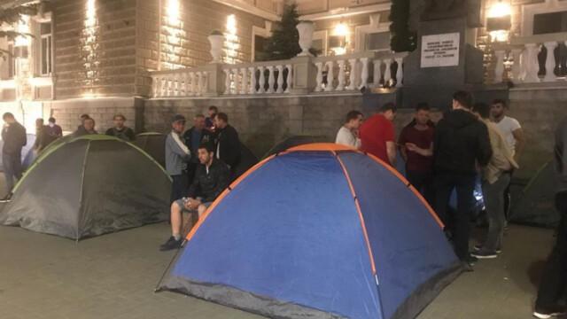Corturi instalate în fața instituțiilor guvernamentale la Chișinău. Partidul Democrat pregătește proteste - Imaginea 2