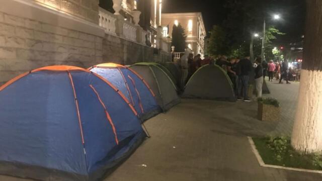 Corturi instalate în fața instituțiilor guvernamentale la Chișinău. Partidul Democrat pregătește proteste - Imaginea 8