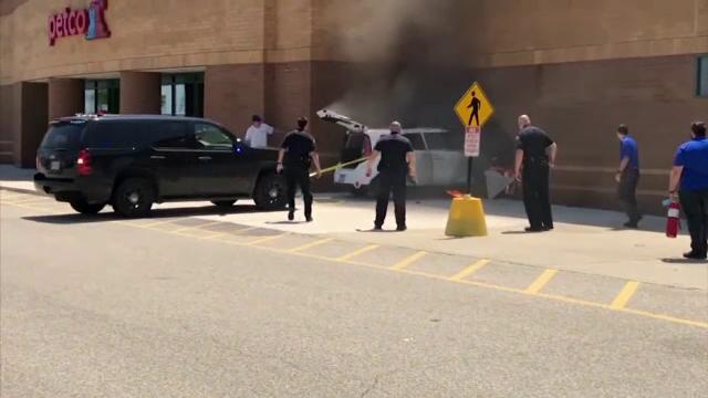 Momentul în care un șofer intră cu bolidul într-o clădire. Mașina a luat foc - Imaginea 2