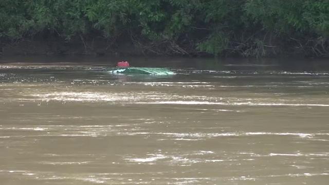 O barcă cu doi bărbaţi s-a răsturnat pe râul Mureş. Intervenție a pompierilor arădeni