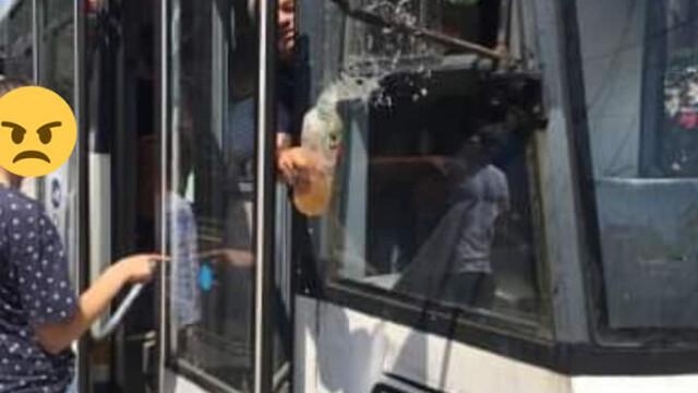 Scandal într-un tramvai din București. O femeie a fost stropită cu suc de vatman. FOTO