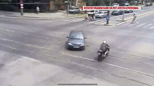 Momentul în care un motociclist trece pe roșu și intră într-un autobuz în Timișoara