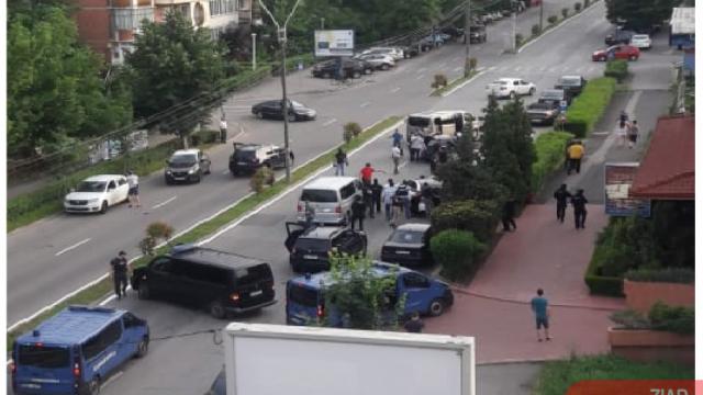 Momentul în care mai multe persoane au fost încătușate pe o stradă din Deva. VIDEO