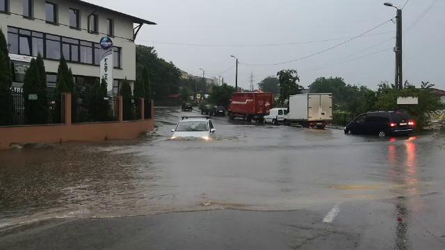 Lac imens în centrul oraşului Botoşani. Ce s-a întâmplat cu şoferii care au riscat