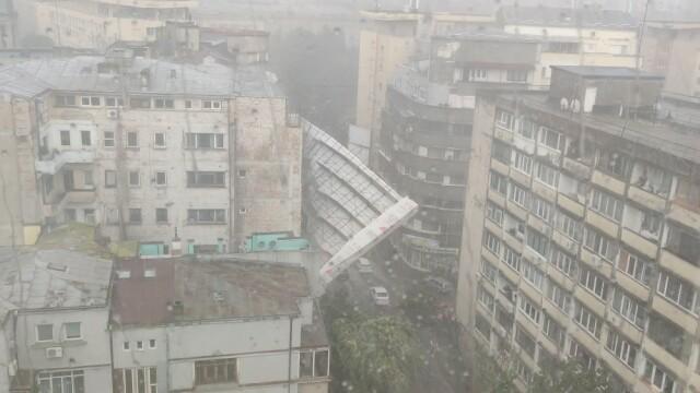 O schelă uriașă s-a prăbușit de pe fațada unei clădiri din Capitală