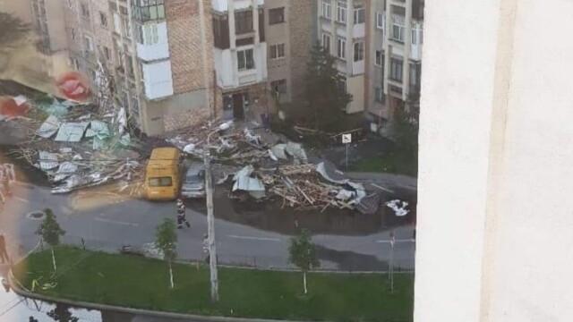 Bloc nou din Craiova, devastat de furtună. Acoperișul, proiectat peste drum. VIDEO - Imaginea 1