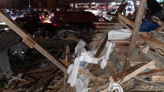 Bloc nou din Craiova, devastat de furtună. Acoperișul, proiectat peste drum. VIDEO - Imaginea 2