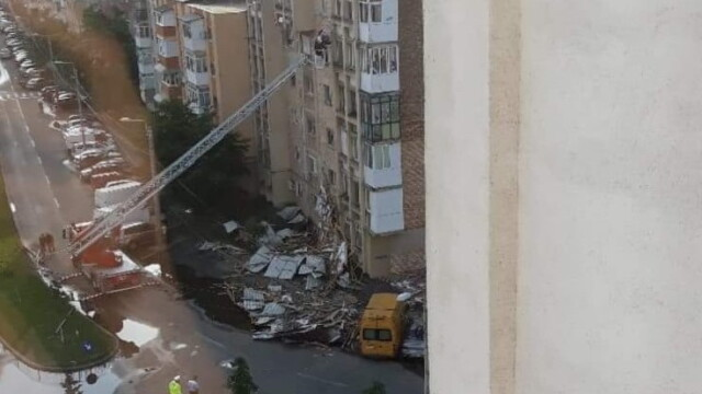Bloc nou din Craiova, devastat de furtună. Acoperișul, proiectat peste drum. VIDEO - Imaginea 3