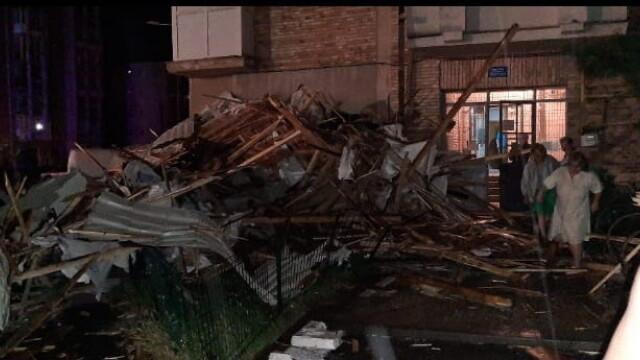 Bloc nou din Craiova, devastat de furtună. Acoperișul, proiectat peste drum. VIDEO - Imaginea 4