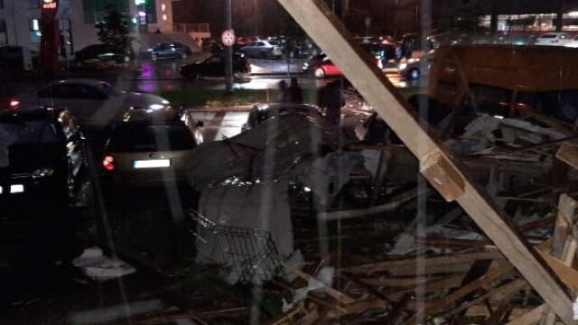Bloc nou din Craiova, devastat de furtună. Acoperișul, proiectat peste drum. VIDEO - Imaginea 5