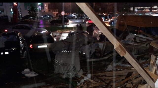 Bloc nou din Craiova, devastat de furtună. Acoperișul, proiectat peste drum. VIDEO - Imaginea 6