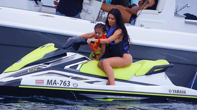 Cum a fost surprinsă Kim Kardashian în Costa Rica. Ținuta nu a lăsat loc de imaginație. FOTO - Imaginea 4