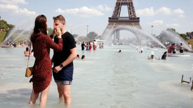Turiștii se răcoresc în fântânile din Paris, unde sunt temperaturi caniculare