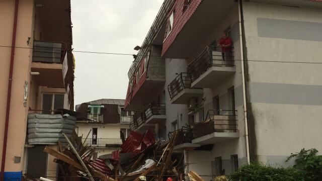 O furtună violentă a smuls acoperișul unui bloc în Baia Mare. O persoană a fost rănitâ