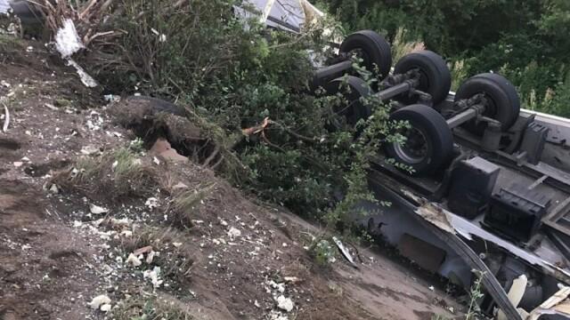 TIR plin cu 20 de tone de ciocolată căzut în râul Olt, în Vâlcea. Ce s-a întâmplat cu șoferul - Imaginea 2