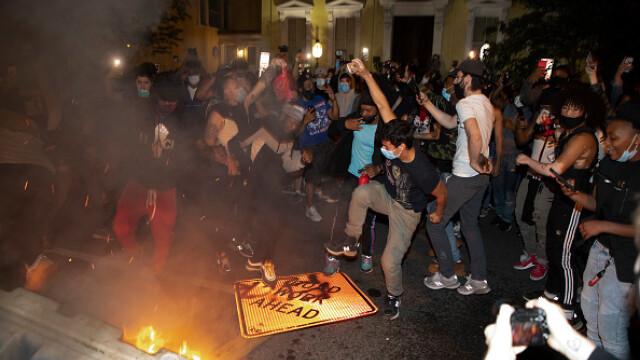 Incendii, ciocniri şi tiruri cu gaze lacrimogene în faţa Casei Albe. FOTO și VIDEO - Imaginea 8
