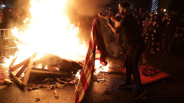Incendii, ciocniri şi tiruri cu gaze lacrimogene în faţa Casei Albe. FOTO și VIDEO - Imaginea 7