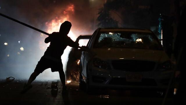 Incendii, ciocniri şi tiruri cu gaze lacrimogene în faţa Casei Albe. FOTO și VIDEO - Imaginea 6
