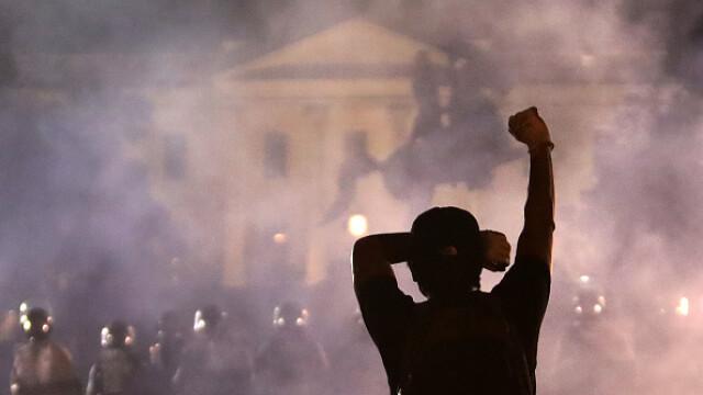 Incendii, ciocniri şi tiruri cu gaze lacrimogene în faţa Casei Albe. FOTO și VIDEO - Imaginea 5