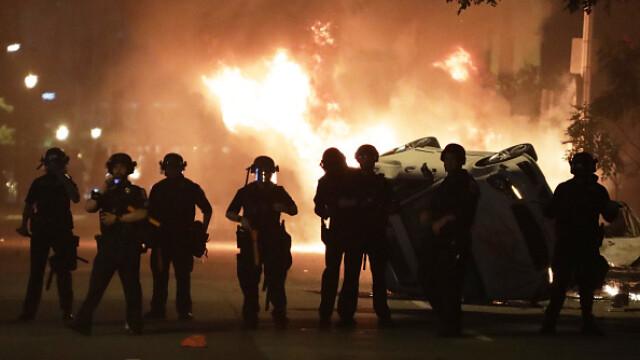 Incendii, ciocniri şi tiruri cu gaze lacrimogene în faţa Casei Albe. FOTO și VIDEO - Imaginea 1