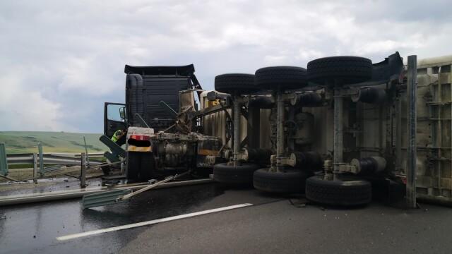 TIR răsturnat pe autostrada Sebeș - Sibiu. Vehiculul a ajuns de-a curmezișul șoselei - Imaginea 1