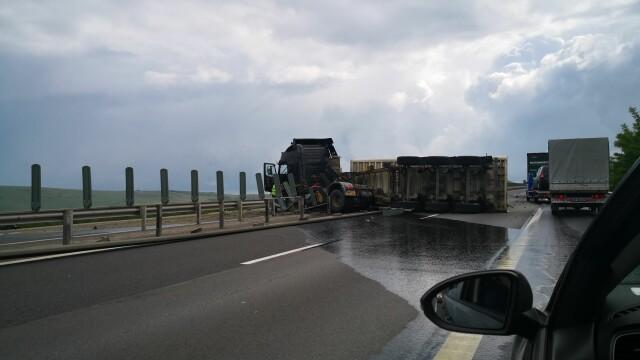 TIR răsturnat pe autostrada Sebeș - Sibiu. Vehiculul a ajuns de-a curmezișul șoselei - Imaginea 2