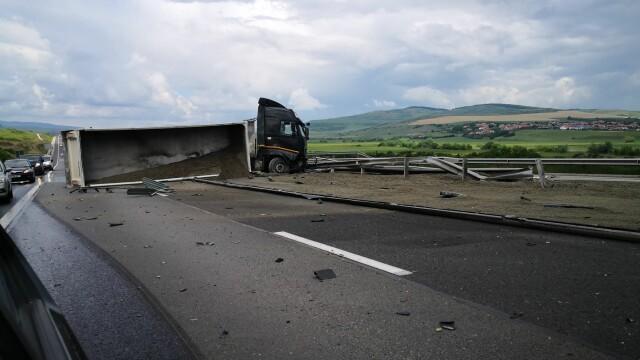 TIR răsturnat pe autostrada Sebeș - Sibiu. Vehiculul a ajuns de-a curmezișul șoselei - Imaginea 3