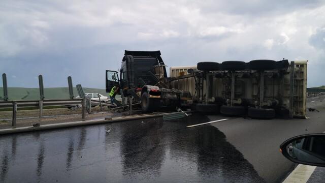 TIR răsturnat pe autostrada Sebeș - Sibiu. Vehiculul a ajuns de-a curmezișul șoselei - Imaginea 4
