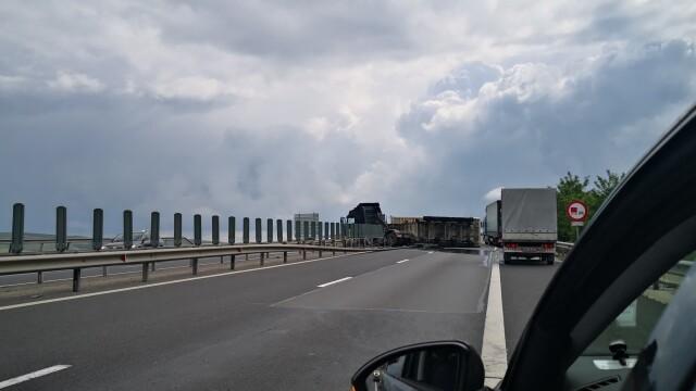 TIR răsturnat pe autostrada Sebeș - Sibiu. Vehiculul a ajuns de-a curmezișul șoselei - Imaginea 5