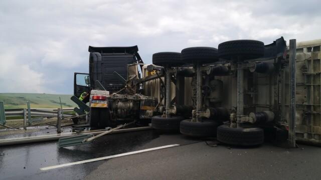 TIR răsturnat pe autostrada Sebeș - Sibiu. Vehiculul a ajuns de-a curmezișul șoselei - Imaginea 7
