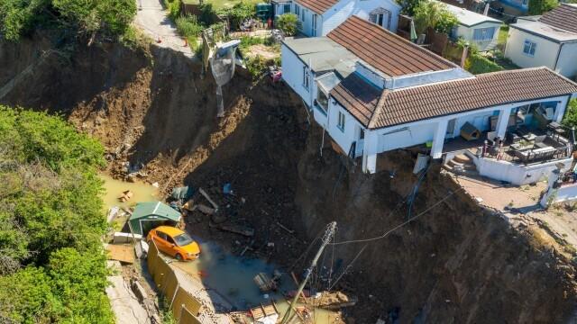 Imagini dramatice: o casă s-a prăbușit de pe stâncă. O mamă cu 5 copii a rămas pe drumuri - Imaginea 1